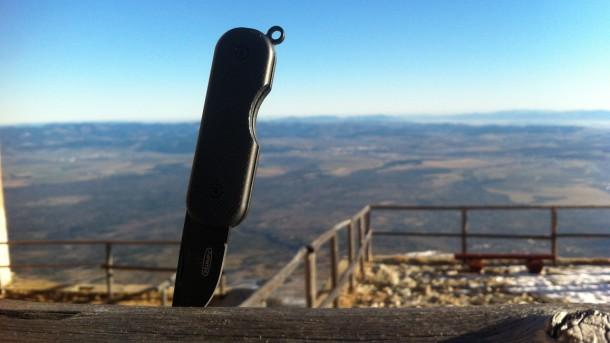 nůž pocket zapíchnutý na Lomnickém štítu
